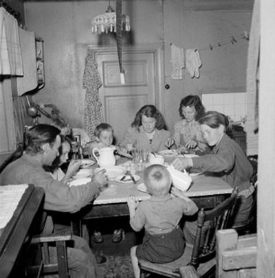 Statarfamilj i trångt kök. 1946. Fotograf: Gunnar Lundh