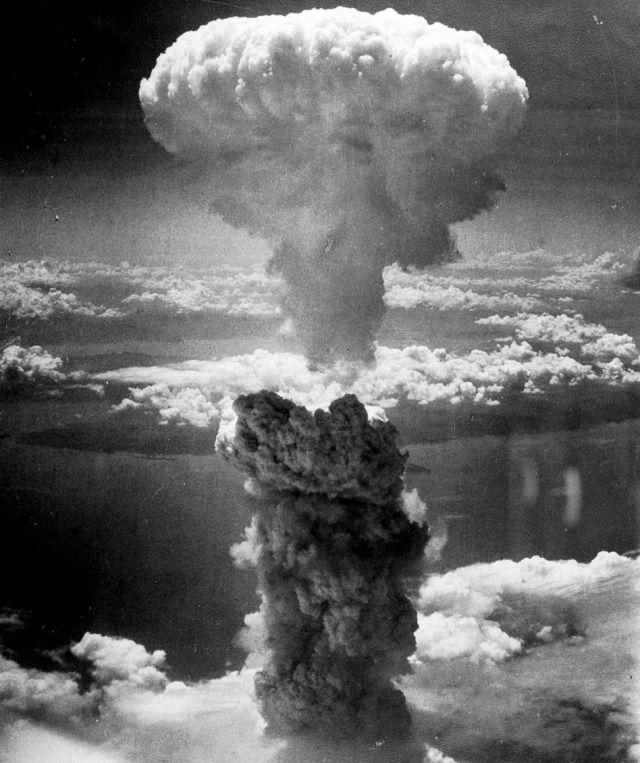 9 sierpnia 1945 roku o 11.02 na Nagasaki spadła bomba atomowa. Trzy dni po ataku na Hiroszimę, w mieście położonym w południowej Japonii na wyspie Kiusiu, w wyniku eksplozji zginęło około 50 tys. ludzi. Dziesiątki tysięcy umierały przez lata na chorobę popromienną i inne spowodowane radioaktywnym promieniowaniem schorzenia.  Zdjęcie wykonane z pokładu bombowca B-29 Amerykańskich Sił Powietrznych sekundy po eksplozji Fat Mana - bomby plutonowej o sile 21 kiloton - stało się jednym z…