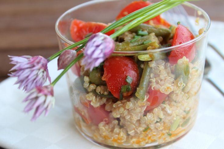 Quinoa, datterini e fagiolini con fiori di cipollina