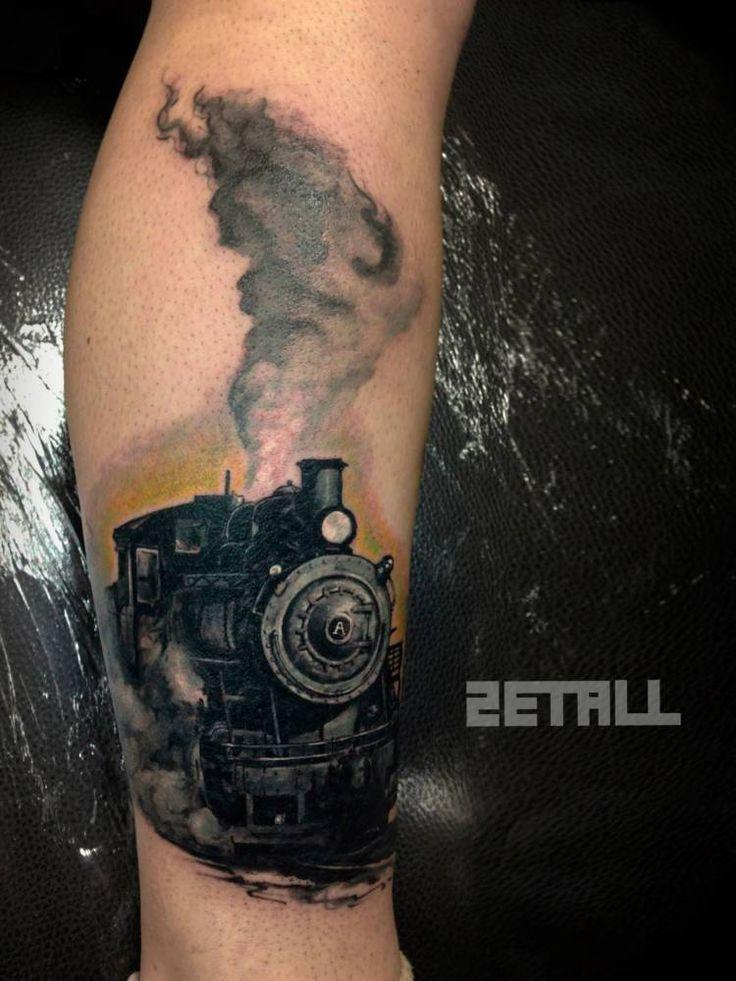 Tatuaje realista de un tren.