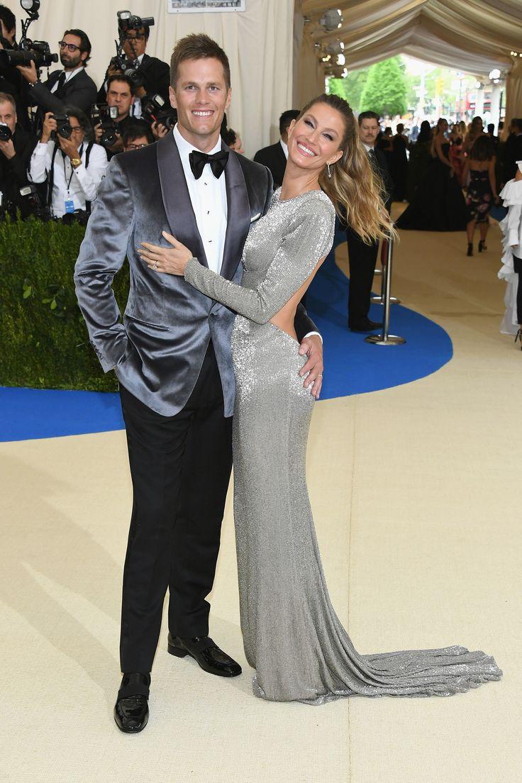 Gisele Bundchen se lució con un vestido bordado de estampado de Stella McCartney, hecho de seda orgánica, mientras que su pareja Tom Brady se vistió con un saco de terciopelo de Tom Ford (Getty Images)