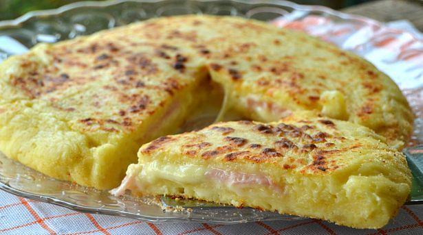 Πίτσα+με+ζύμη+πατάτας,+με+ζαμπόν+και+τυρί+στο+τηγάνι