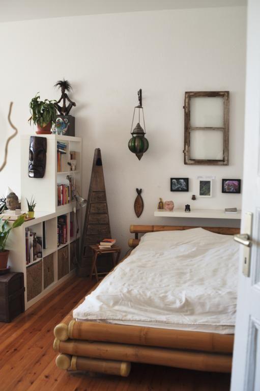 DIY-Sachen fürs Schlafzimmer: Bildrahmen aus einem alten Fenster und Bett aus Bambus. #DIY #Bildrahmen #Fenster #Bambusbett