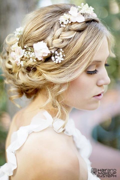 We love this style of loose waves, with hair wreath and babies breath weaved in.