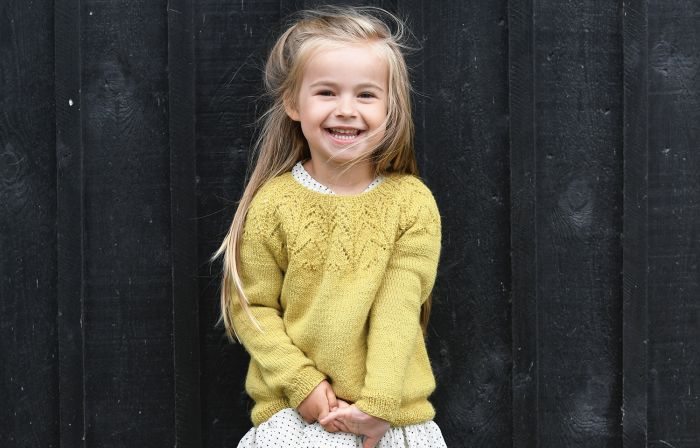 Sticka vår gulliga tröja med vacker dekor och du ger lilltjejen ett lättburet och mysigt plagg att bära ofta och till mycket!