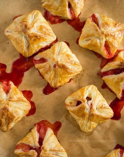 """Na sobotę – ciastka o wdzięcznej nazwie """"truskawkowa masakra"""" luźno zainspirowane przepisem Toski  ;) Trzeba jednak przyznać, że widok krwaw..."""
