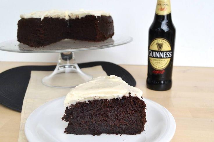 La Guinness Cake è una famosa torta alla birra e cioccolato. La sua base scura e la bellissima e golosa glassa bianca richiamano anche l'aspetto della famosa