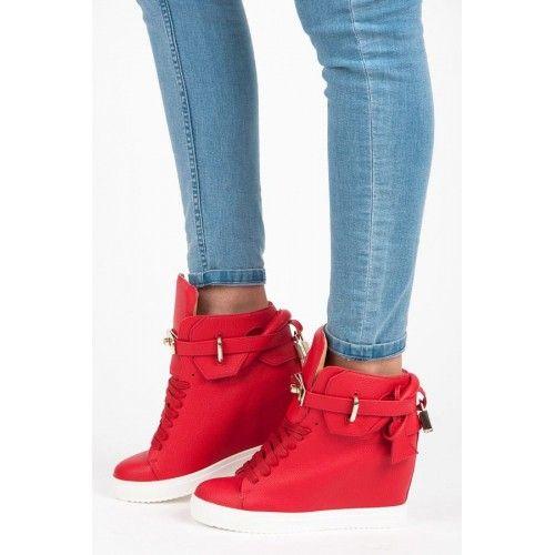 Dámské kotníkové boty Vices Ayib červené – červená Výrazná červená barva upoutá na první pohled. Následně můžete obdivovat přezku, která je zdobena mini zámečkem na zadní straně. Netradiční tenisky na klínku. Vicesje mladou značkou, která …