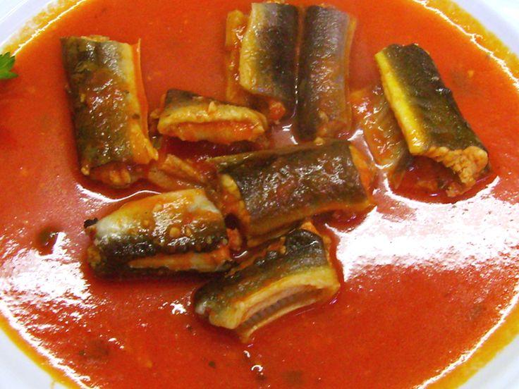 L' anguilla in umido (capitone) è un piatto tipico della tradizione gastronomica napoletana molto in voga nel periodo delle feste Natalizie fino a Capodanno. In realtà, l'anguilla, non viene consumata solo nel napoletano ma anche in tutto il Meridione d'Italia dove veniva, e viene, mangiata per scongiurare il male. Infatti, anticamente, si credeva che proprio per la sua somiglianza con il serpente, simbolo del demonio, e per la sua forma, che riporta nettamente alla sfera sessuale, mangiare…