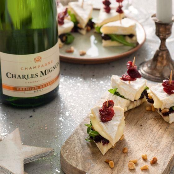 Deze gevulde camembert is het perfecte hapje voor een geslaagde oudejaarsavond! #oudjaar #camembert #JumboSupermarkten