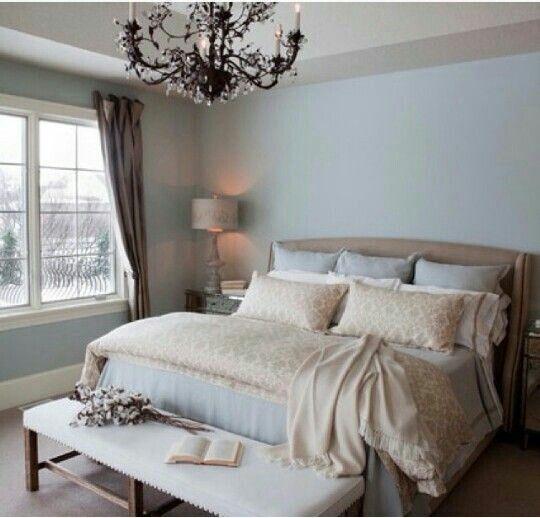 Pareti dusty blue per la camera da letto rendono l'ambiente rilassante ed elegante