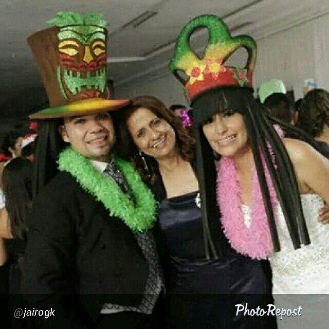 Contentos los novios con nuestros sombreros para su horaloca #boda #fiesta #eventosocial #horaloca #matrimonio #rasta #beach #dreads