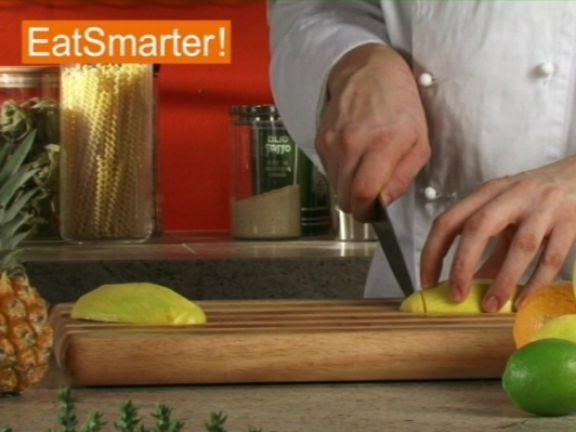 Wie Sie eine glitschige Mango gekonnt in feine Streifen schneiden können, das zeigt Ihnen EAT SMARTER im Video!