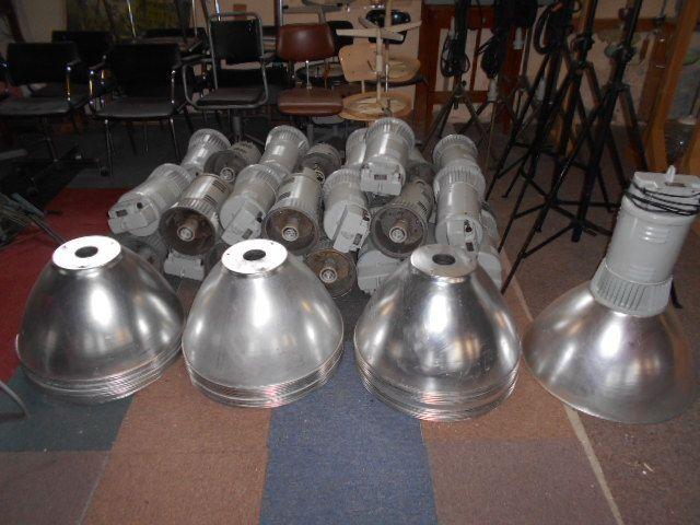 tka big aluminium jaren 50-60 fabriekslampen,al voorzien van nieuwe fitting en bedrading,plug and play,zeer licht,kunnen dus overal hangen Keer wat anders dan zwarte lampen 150 euro pst