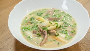 Waterzooi met parelhoen, asperges en erwtjes (bekijk video) - Vtm koken - De keuken van Sofie !