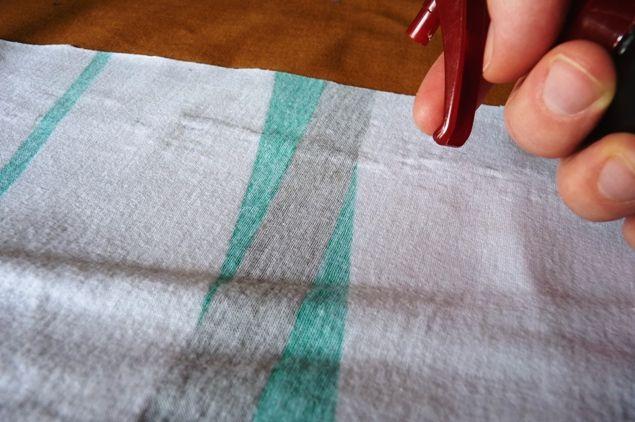 Pour empêcher le jersey de rouloter, mélangez énergiquement 250 ml d'eau et 4 cuillères à café de fécule. Mettez dans un vaporisateur. Pulvérisez. Repassez jusqu'à ce que le tissu soit sec.
