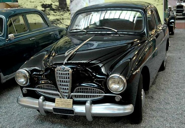 L'Alfa Romeo 1900 - 2000 fut produite de 1950 à 1961, 3 motorisations de 1.8L à 1.9L présentant des puissances de 90ch à 115ch, produite en 17200 exemplaires, dessinée par Orazio Satta.