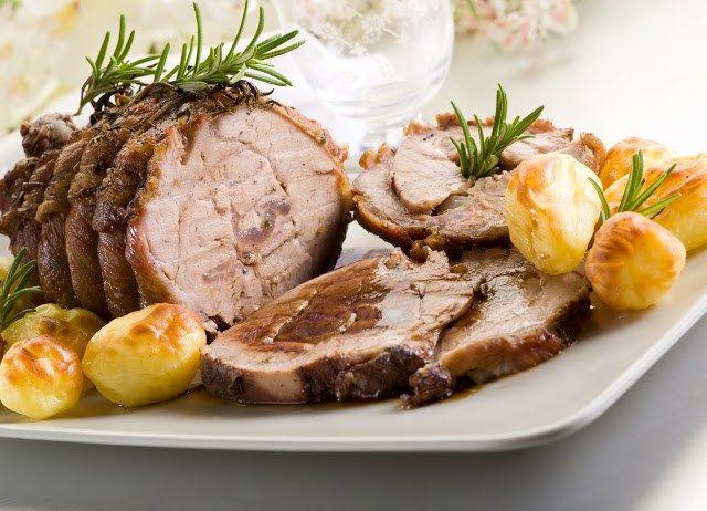 INGREDIENTI - 800 g di lombata di maiale - 1 ramo di rosmarino - peperoncino - 2 spicchi di aglio - sale e pepe - 2 dl di latte - 2 cucchiaini di aceto balsamico - 20 g di burro - 20 g di farina - Olio evo - 3 patate  PROCEDIMENTO Legare la carne con lo spago da cucina e mettetela in una pirofila insaporendola con il rosmarino tritato, l'aglio pestato, pepe sale e peperoncino. Preparare un bicchiere con 5 cucchiai di olio e 2 cucchiaini di aceto balsamico, versarlo poi sulla carne e…