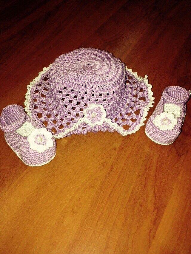 Cappellino e scarpette neonata all'uncinetto.