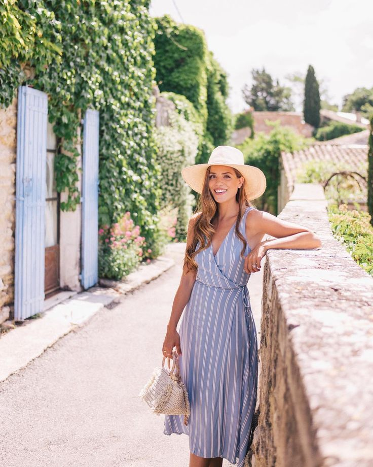 Julia Engel (Gal Meets Glam) sur Instagram: Summertime blues in Ménerbes  (link in profile to this daily look) #summerinfrance #provence #menerbes #summerstyle #bluestripes…