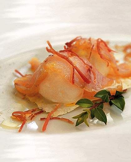 Gelato di cipolle con olio del Gerrei, con pesce spada affumicato e prosciutto croccante.  Chef  Roberto Petza