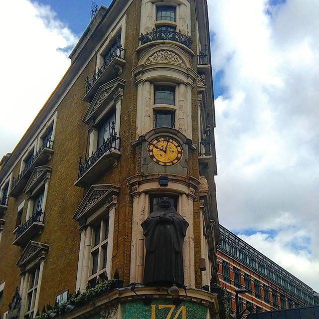 #england #αγγλία #unitedkingdom #london #λονδίνο #wu_england  #steetphotography  #londonstyle #londonarchitecture  #retrosign #theblackfriar #artnouveau #pub #traditionalpub #queenvictoriastreet #lovelondon #visitlondon #londoncity #thisislondon #igerslondon #london_only #londonphoto #ilovelondon #iglondon  #mylondon #prettylondon #prettycitylondon  #walkingthestreetsoflondon #touringlondon  #inlovewiththisplace