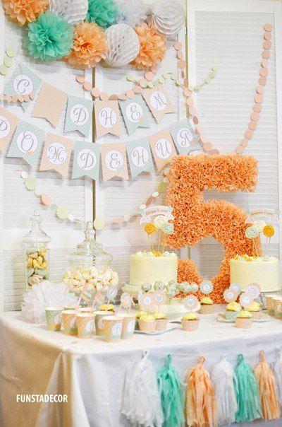 Идеи декора на 5 лет девочки. Цветовая гамма: мятный, персиковый. Два в одном: кенди бар+фотозона. Тассел-гирлянда, бумажная прошитая гирлянда-кружочки, флажки С Днем рождения, помпоны, шары-соты, топперы для капкейков, стаканчики для напитков