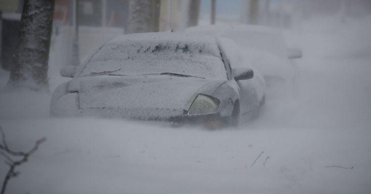 """Carro é parcialmente coberto por neve durante tempestade em Ocean City, estado de Maryland, USA. A Nova Inglaterra foi atingida por uma nevasca chamada de """"ciclone bomba"""", gerando grandes acúmulos de neve.  Fotografia:   Mark Wilson / Getty Images / AFP.  https://noticias.uol.com.br/album/2018/01/03/onda-de-frio-nos-eua.htm#fotoNav=14"""