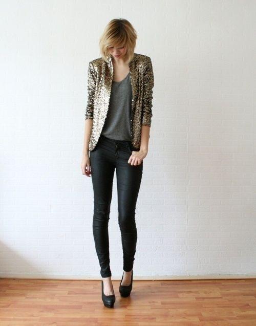 Acheter la tenue sur Lookastic: https://lookastic.fr/mode-femme/tenues/blazer-dore-debardeur-gris-fonce-jean-skinny-noir-escarpins/6164   — Blazer pailleté doré  — Débardeur gris foncé  — Jean skinny noir  — Escarpins en cuir noirs