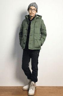 緑のダウン×黒のシャツ×黒のパンツ