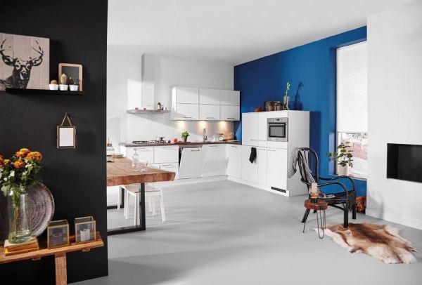 Een zeer complete, #moderne #keuken met een ruim aanbod aan werk- en opbergruimte. Een aanrader voor de keukenprins(es). Voorzien van een apothekerskast en carrouselkast. Door de smalle kaderrondingen op het keukenfront en de hitte bestendige achterwand wordt deze keuken extra speciaal in uiterlijk.