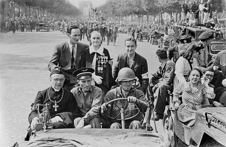 Paris. Les Champs-Elysées. 26 August, 1944. Scenes along the Champs Elysees during the liberation of Paris celebrations//Robert Capa