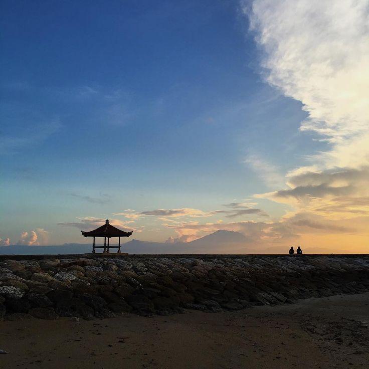 Pantai dengan panorama yang indah ini menawarkan banyak keeksotisan. Hal yang paling terkenal di pantai sanur adalah menikmati matahari terbit yang tentu akan memanjakan mata pengunjung.[Photo by instagram.com/nmorika]