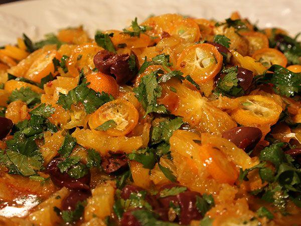 Fräsch sallad gjord på apelsiner, oliver och harissa. Går på fem minuter att svänga ihop!