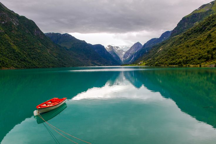 The boat by the glacier - null