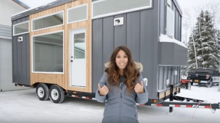 DIY är populärt numera. Bloggaren Ana White är proffs på sånt. Senaste projektet är ett minihus på hjul med smarta lösningar, hiss-säng, garderob i duschen.