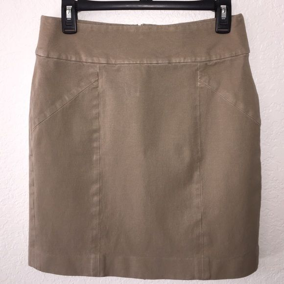 "Banana Republic stretch khaki pencil skirt 6 Banana Republic stretch khaki pencil skirt, very gently worn- no rips tears or stains. Women's size 6 measures 30"" waist, 34"" hips, 19"" length. Super comfy stretch material! Perfect staple to add to your closet! Banana Republic Skirts Pencil"