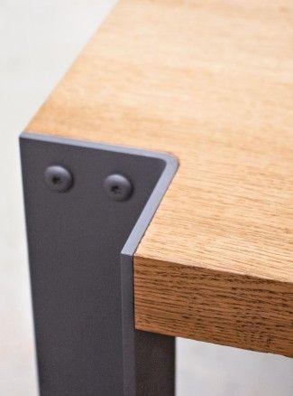 Design d'un ensemble table à manger et bancs en chêne.