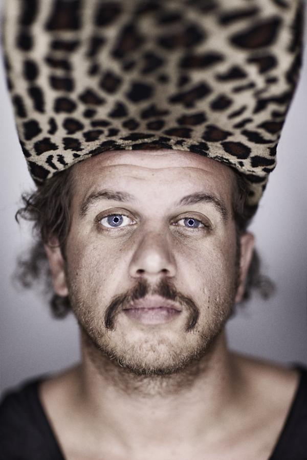 Jack Parow. Lees hier een interview met 'de piraat uit het trailerpark' http://www.kaapstadmagazine.nl/zuid-afrikaanse-muziek/Jack-Parow-over-Vrouwen-Drank-en-Braaien/102_22_17300