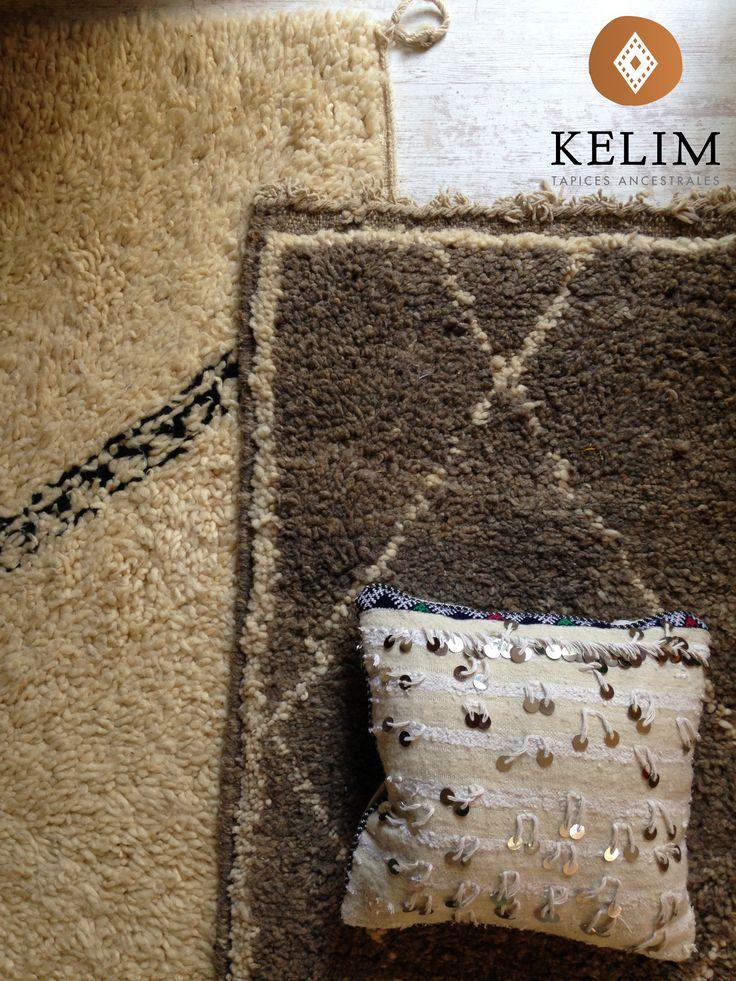Las alfombras Beni Ourain toman su nombre de la región del nordeste de la cordillera del Atlas marroquí donde se confeccionan, una región habitada por una decena de tribus Beréberes que se dedican al pastoreo, y de cuyo patrimonio familiar forman parte estas preciosas alfombras. Las Beni Ourain, confeccionadas a mano, se caracterizan por su suavidad, por el color dorado de su lana y por sus diseños tribales geométricos hechos con lana de diferente color, sin intervención de tintes.