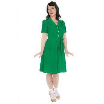 Heerlijk luchtig en zwierig jurkje met korte mouwen, een blouse-kraagje en decoratieve knoopjes. In prachtige frisse kleur groen. Het jurkje heeft twee steekzakjes en een ceintuur in dezelfde stof. Ritssluiting in de zij