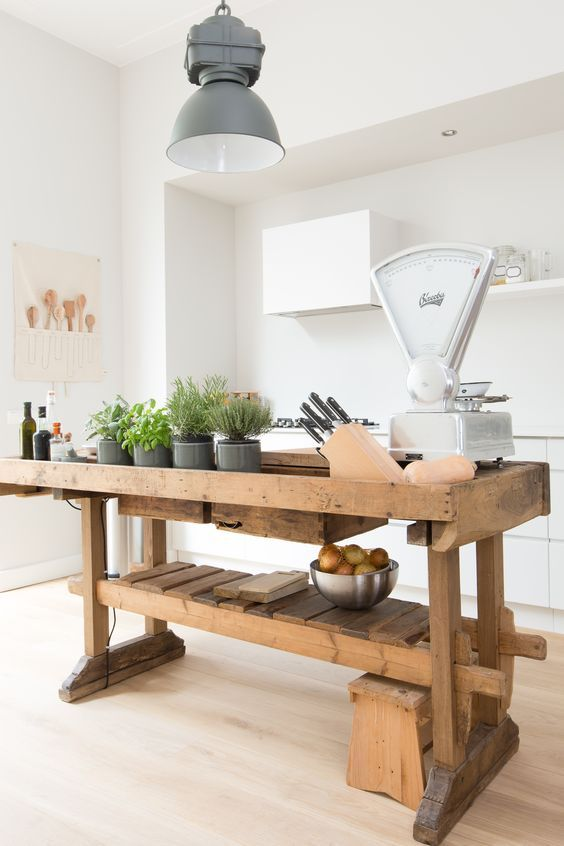 This contemporary kitchen mixes traditional country furniture and equipment with…