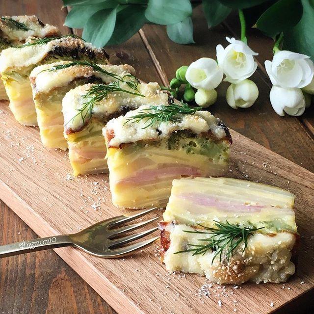 . . ............. 2017.04.07 . . Gateau invisible . #日本が元気になるご飯 #春の食卓はじめました . ⿻お食事系#ガトーインビジブル . . ⿻材料 . •ジャガイモ : 3個 •ハム : 5切れ •ブロッコリー : 適量 •玉子 : 2個 •小麦粉 : 50g •牛乳 : 80cc •溶けるチーズ : お好みで •マヨネーズ : お好みで •パルメザンチーズ : お好みで •デイル . ⿻作り方 . 1、 ジャガイモを薄くスライス 2、小麦粉、玉子、牛乳を混ぜ合わせたタネにジャガイモを加える 3、紙の型(パウンドケーキトレイ中)にバターを塗る 4、2のジャガイモを綺麗にながら重ねていく 5、ハムも同じように重ねその上にまたジャガイモをかさねる 6、小口に切ったブロッコリーを並べて、ボールに残ったタネを全て入れる 7、溶けるチーズをのせオーブンで焼く *竹串を刺して、くっついて来なければ焼けています 8、焼けたらマヨネーズ、パルメザンチーズをかけ、もう一度焼きます (キツネ色に色がつく程度)…