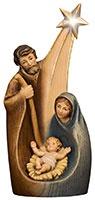 Wie aus einem Guss, so erscheint diese hübsche Statue, welche die Heilige Familie vereint. In der Mitte ruht das Jesuskind, umgeben von seinen treusorgenden Eltern - über allem strahlt der Stern von Bethlehem.