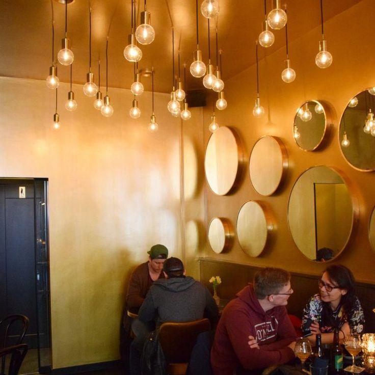 BIERBOUTIQUE ROTTERDAM - een trendy chique bedoening met een glimmende bar, nog meer glimmende tafeltjes, gouden muren en heel veel spiegels en hippe lampen! Chique maar zeker gezellig en daardoor de perfecte plek om te genieten van een Rotterdams biertje. http://bierliefde.nl/bierboutique/