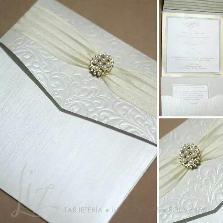 Pockefold Classic white wedding invitacion / Invitacion de boda clasica blanco / brooch / broche / mixing prints and textures