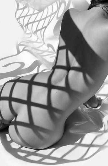 the eternal beauty of the female back...in gorgeous shadow play. whose photographer?! & model? ; ) (via jose-ab-arte.tumblr 47478141451)
