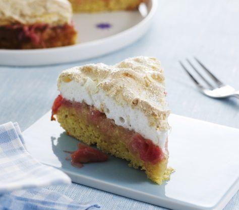 Det er sæson for rabarber, og i den anledning har vi brugt de lækre, røde stængler i en blød kage med sprødt marengslåg. Find opskriften her!