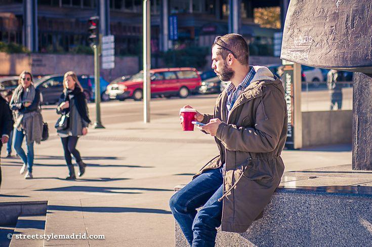 El sol que tenemos en Madrid siempre es muy agradecido. Y que mejor sitio para sentarse que la Plaza de Colón. Unos vaqueros, con una camisa de cuadros y un chaquetón para abrigarnos y ya tenemos u...