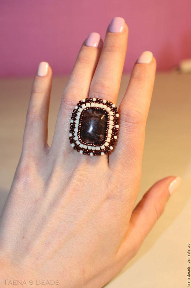 В своем первом мастер-классе я поделюсь с вами, как сделать кольцо в технике вышивки бисером на металлической основе со шляпкой, покажу незамысловатый способ обшить кабошон, а также как спрятать нить в конце работы. Подобные кольца отлично смотрятся на изящных пальчиках; это оригинальное стильное украшение как для биз�%
